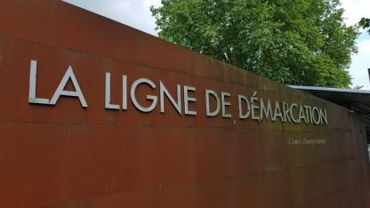 Das Schild des Museums der Demarkationslinie