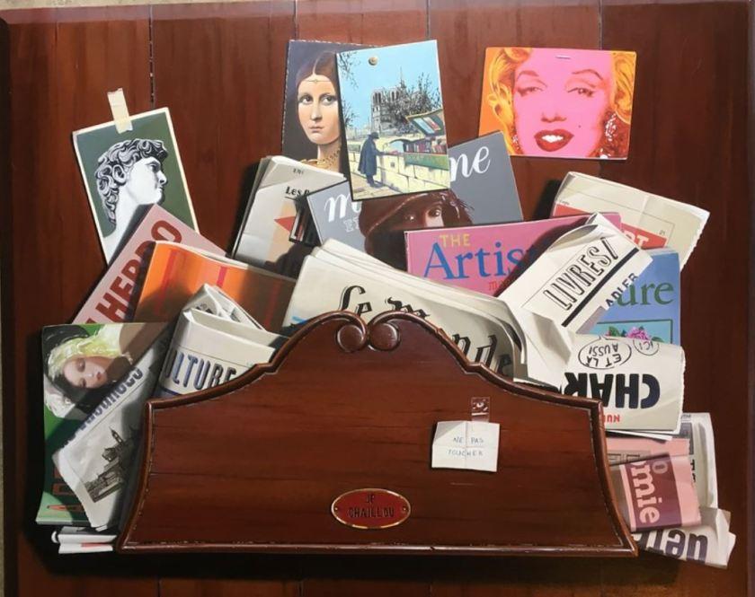 Trompe l'oeil von J-P. Chaillou: Holzfach mit Zeitungen, Zeitschriften und Ansichtskarten
