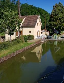 """Die """"ich-weiss-nicht-wievielte"""" Schleuse am Canal du Centre mit einem ausnahmsweise bewohnten Schleusenwärter-Häuschen"""