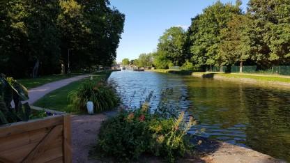 Blick vom Becken vor der Schleuse auf die Brücke