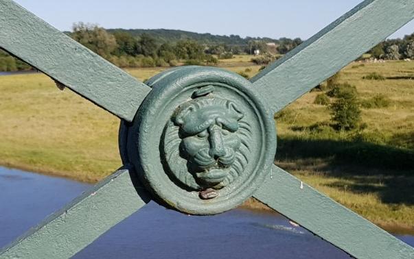 Löwenkopf. Liebevoll gestaltetes Detail am Brückengeländer