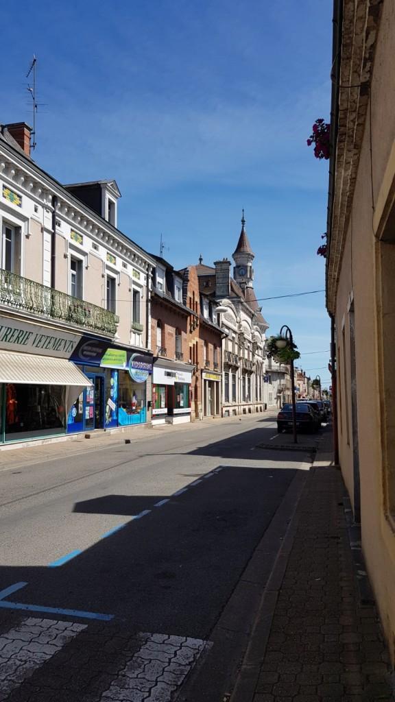 Hauptstrasse von Digoin mit vielen Art Deco - Gebäuden