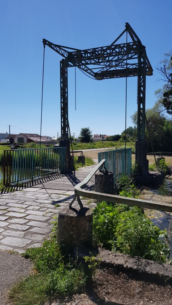 Der Treidelpfad führt kurz vor Digoin über eine kleine Zugbrücke die den Zugang eines kleinen, nicht mehr genutzten Seitenkanals markiert
