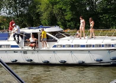 Das ominöse Boot mit seiner Besatzung. Das ungesicherte Kleinkind sitzt bei den Frauen auf dem Deck