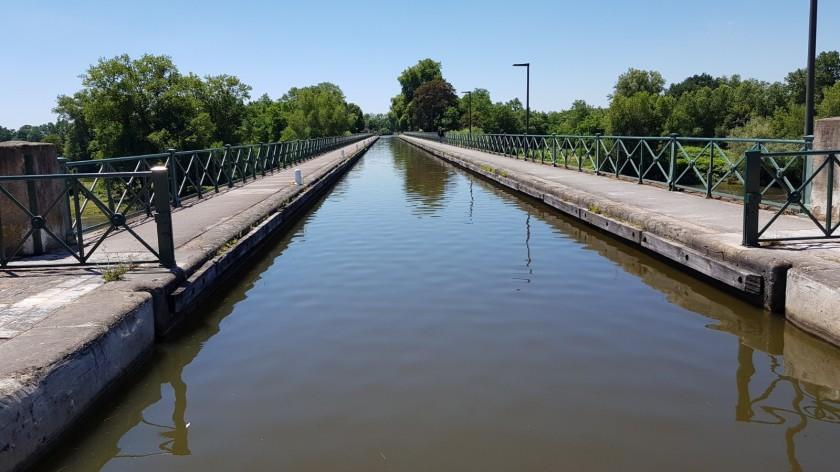 Eine neue Erfahrung: Am Samstag auf der Kanalbrücke von Digoin, 243 Meter lang und 11 Bogen von je 19 Meter