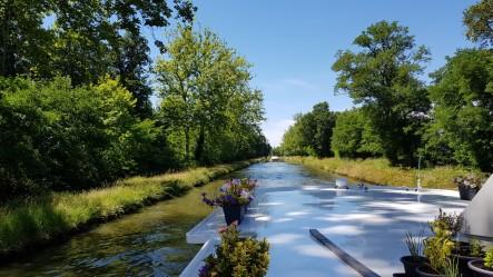 Licht und Schatten am Kanal. Wir sind froh über die lichte Bewaldung am Ufer!