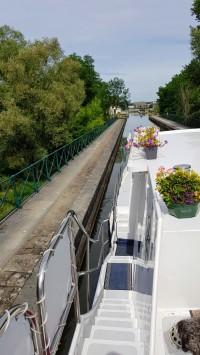 Kleine Kanalbrücke am Canal latéral à la Loire, es hat einige davon, allerdings weniger spektakuläre als die von Digoin. Aber alle sind schöne und gepflegte Bauten