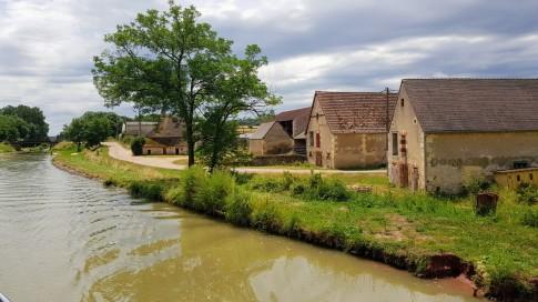 Ein Bauernhof wie aus einem Museum brütet in der Hitze