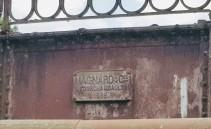 Detail einer uralten Brücke: Das Firmenschuld des Erbauers mit Jahrzahl 1898