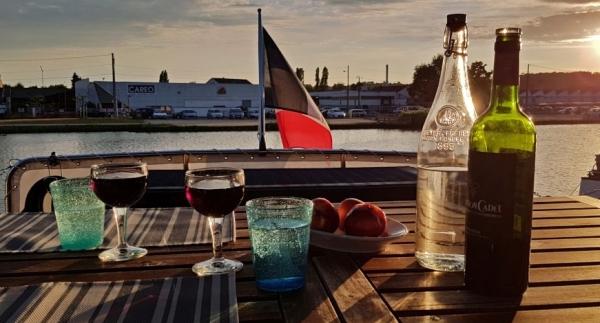 Nach dem Abendessen, beim letzten Glas Wein. Blick vom Deck in die Abendsonne