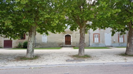 Léré, der Kirchenplatz mit seinen grossen Platanen