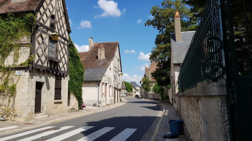 Léré, die Hauptstrasse mit zum Teil gotischen Häusern, viele noch mit sichtbarem Riegelwerk