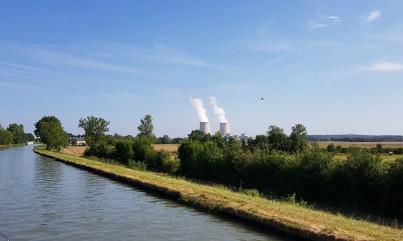 Bei Beaulieu. Frankreich hat 52 Atomkraftwerke. Das ist das zweite, das wir sehen auf unserer Reise