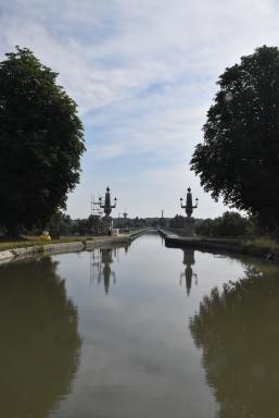 Die West-Einfahrt mit den beiden Säulen-Leuchtern in Obeliskenform
