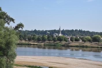 Briare und die Uferpromenade von der Kanalbrücke aus