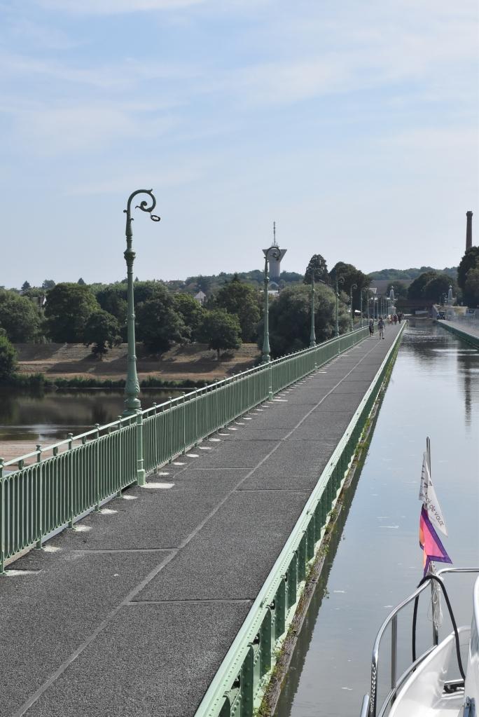 662 Meter lang, 9 Meter über der Loire, mit Leuchtern, Säulen und Geländer im Empire-Stil