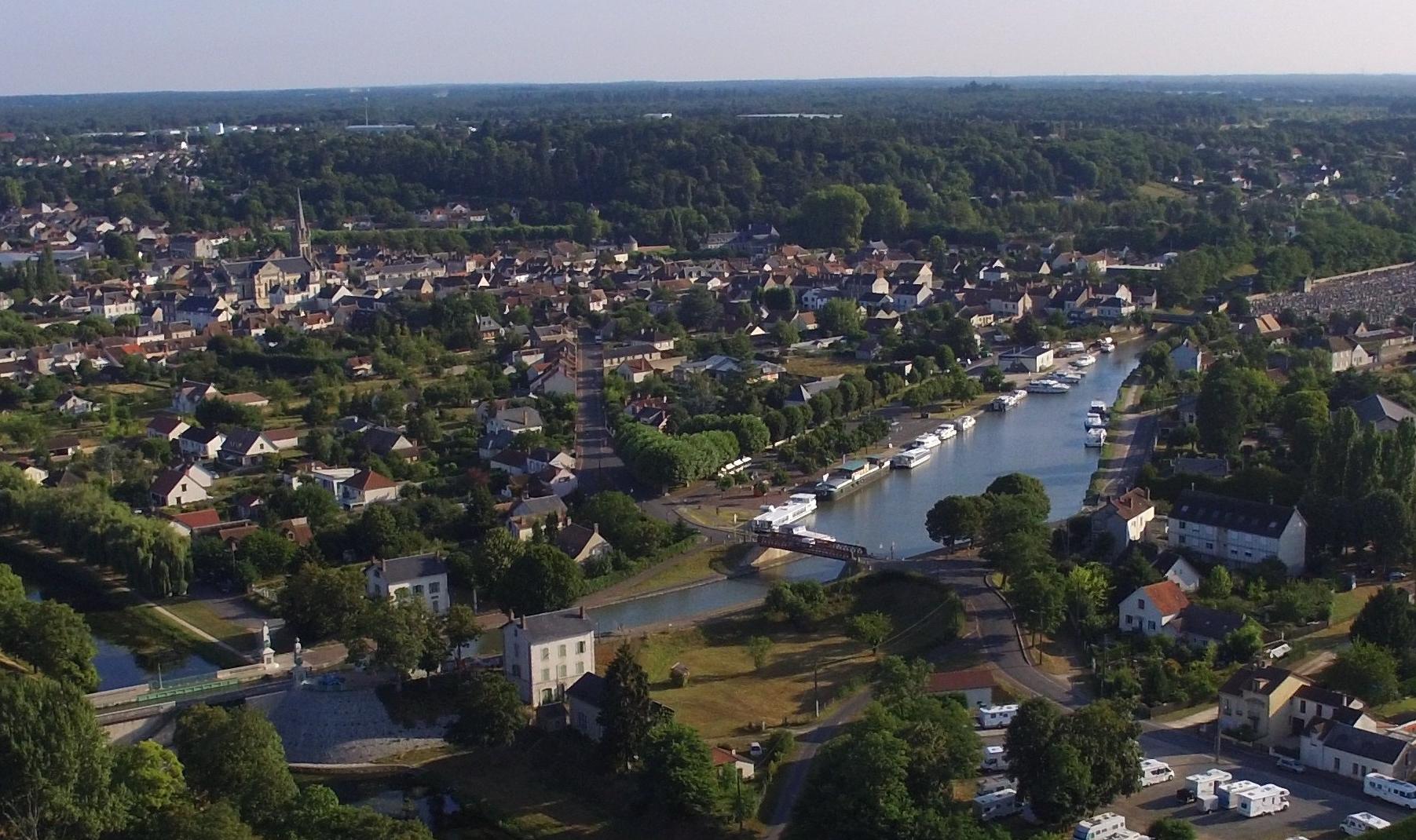 Briare mit Kanalbrücken-Portal links unten, einem der zwei Häfen und des Städtchens