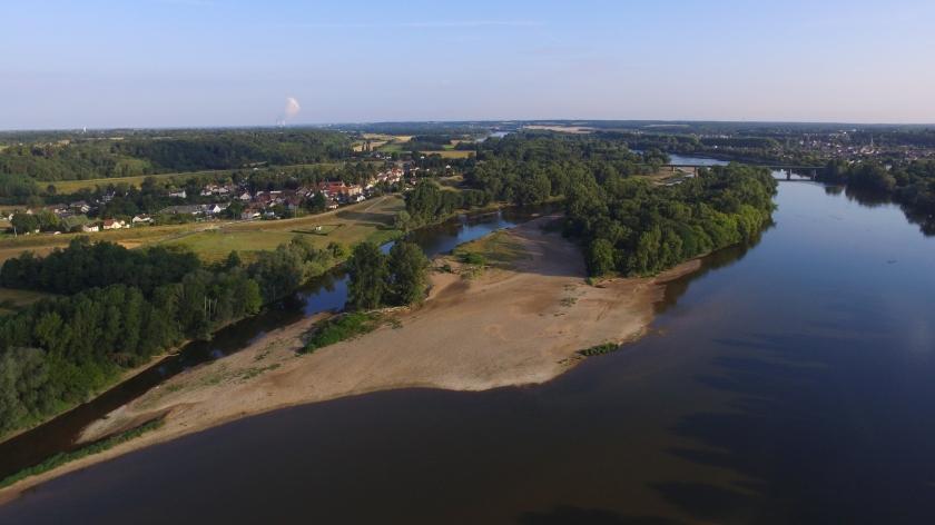 Die Loire bei Briare, mit ihren Sandbänken und der grünen Umgebung