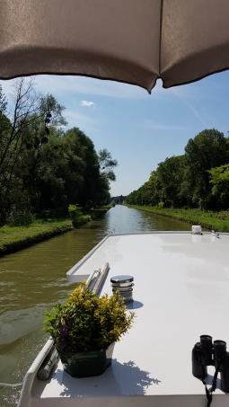 Auf zu Neuem. Blick vom oberen Deck auf den Kanal und seine üppig grünen Ufer vor uns