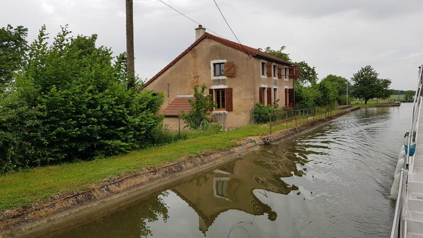 Betoniertes, angeschrägtes Ufer