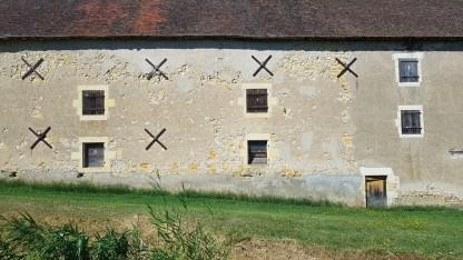 Detail einer Fassade der hiesigen Bauernhäuser. Kleine Fenster und mächtige Mauern