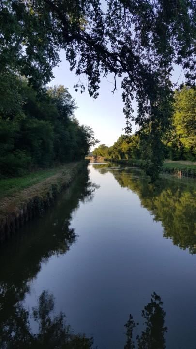 Unsere Aussicht heute Abend. Der Kanal hat an Wasser verloren. Statt 1.8 Meter Tiefe, derzeit nur noch 1.30 m