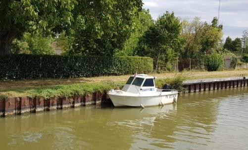 Ein Babyboot, da muss der Kapitän schon reicht hinaufsteigen um an Land zu kommen