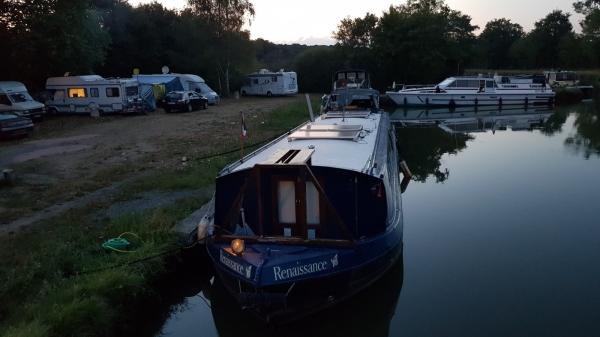 Bei den Campern schon eher etwas chaotisch und überstellt, daneben sehen die Boote direkt ordentlich aufgereiht aus