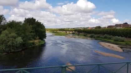 Flussüberquerung auf der Kanalbrücke. Die Loire hat wenig Wasser