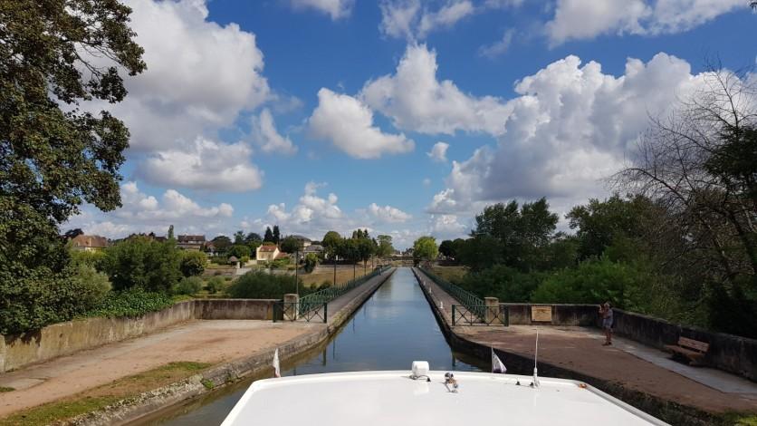 Hinter uns die letzte Schleuse des Loire-Seitenkanals, vor uns die Kanalbrücke und Digoin