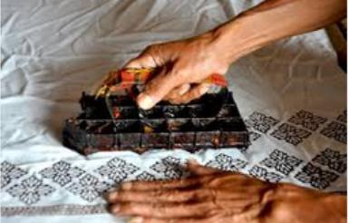 Batik cap - Batik in Drucktechnik. Der heisse Wachs wird mit Kupferstempel aufgetragen. Männerarbeit