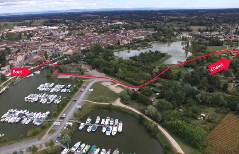 Luftbild vom Hafen, darauf eingezeichnet der Umzugsweg vom Boot in die provisorische Bleibe