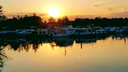 Sonnenuntergang: Apéritif draussen solange die Sonne noch da ist, danach wird es zu kühl