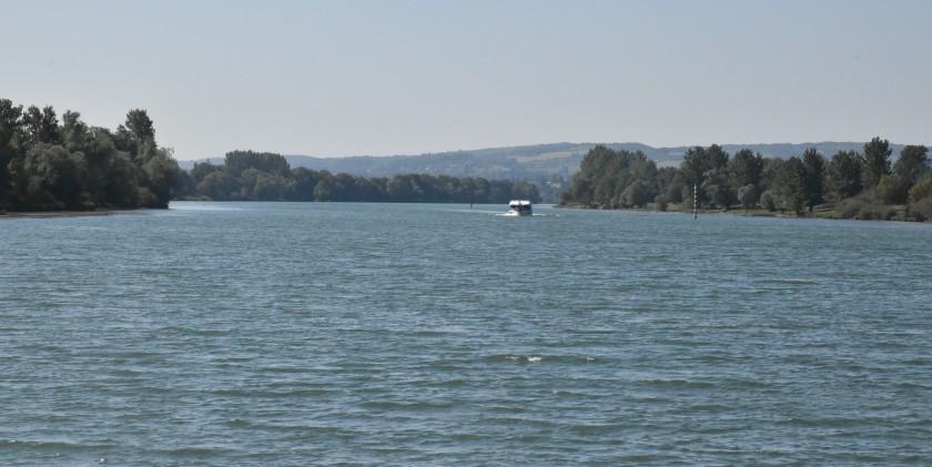 Da kommt das Ausflugsboot von Pont-de-Vaux! Der Kapitän kommt extra raus um uns zu winken!