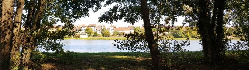 Pont de Vaux durch die Bäume gesehen