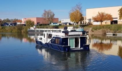Das Boot muss um die Halbinsel fahren um die andere Seite des Hafens zu erreichen