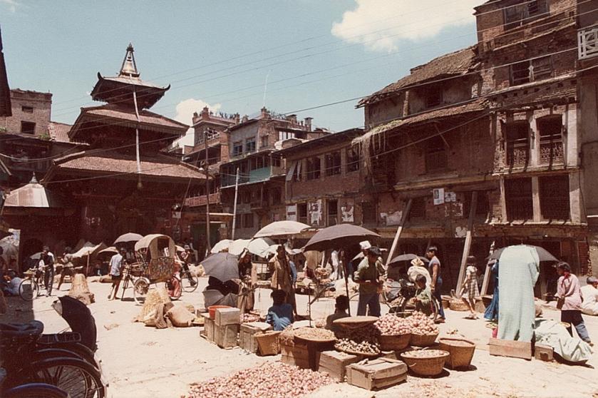 kleiner Markt mit klassischem Tempel im Hintergrund