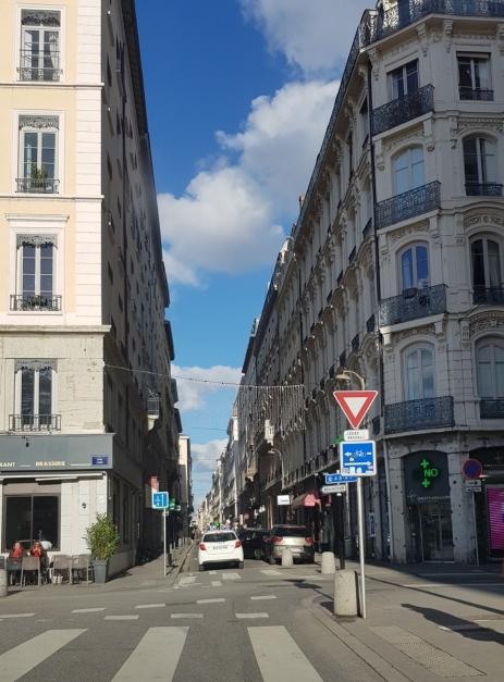 Lyon, ein sonniger Tag. An der Sonne konnte man den Kaffee draussen trinken