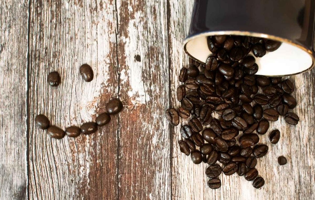 Smiley mit verschütteten Kaffeebohnen