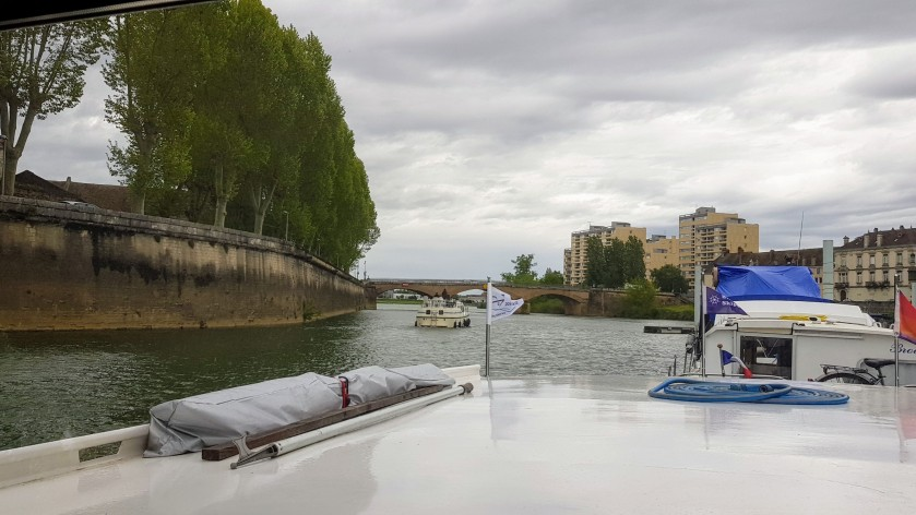 Mieses Wetter und ein Boot, dass sich schon zweimal aus dem Ufergebüsch befreien musste