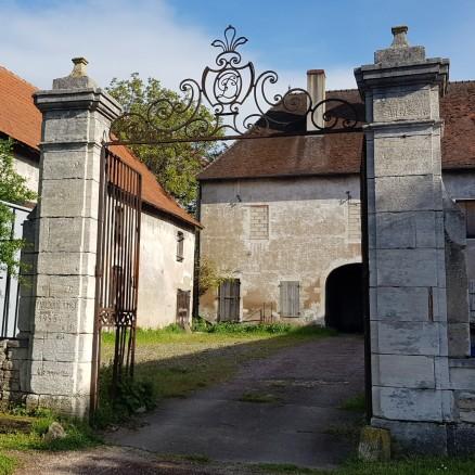 Verlassener Gutshof gleich an der Saône, gegenüber der Stadt an bester Lage