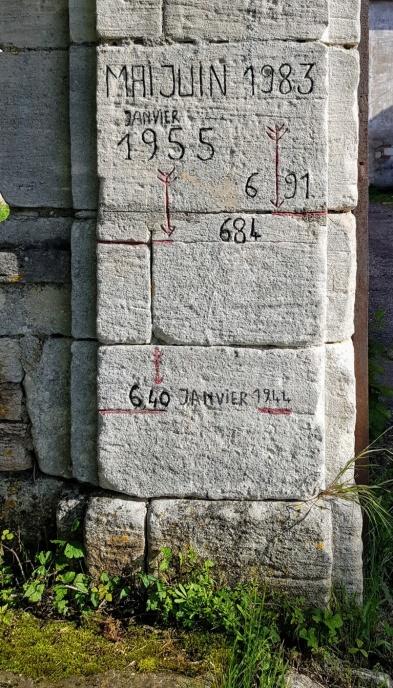 Hochwasser-Markierungen am Gutshof