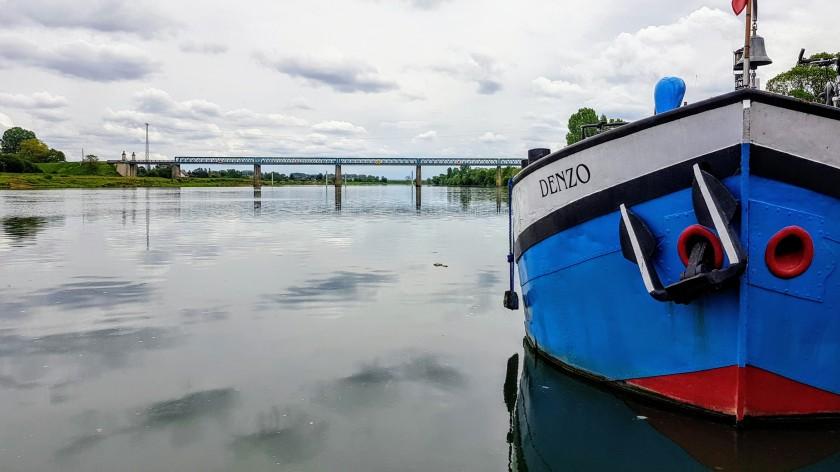In Gergy. Unser Nachbar ist der einzige Farbtupfer mit seinem in königsblau und rot bemaltem Boot