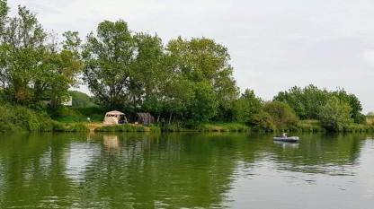 Fischer lieben es, übers Wochenende ihre Zelte am Flussufer aufzuschlagen und zu fischen. Oft reine Männergesellschaften!