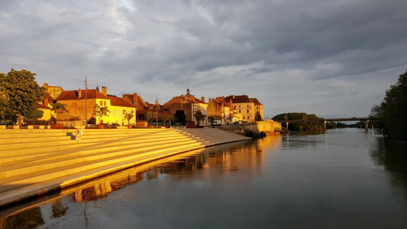 ie Kaistufen von Seurre und die Häuserfront in goldenem Abendlicht