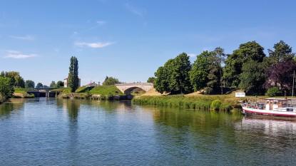 """Bourgogne, da geht es nach Dijon, und rechts die EInfahrt unter der Brücke hindurch in die """"Gare d'eau"""", den grossen Hafen"""