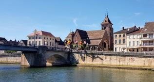 Brückenkopf und die Kirche St-Jean-Baptiste aus dem 15. Jh, schön mit den typischen Burgunder Ziegel gedeckt