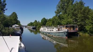 Eingefahren, gewendet und festgemacht mit Blick hinaus auf die Saône