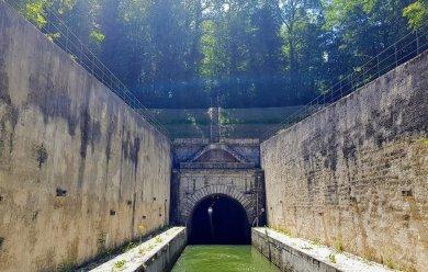 Architektonisches Bauwerk am Tunneltor