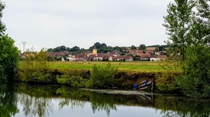 Eines der namenlosen Dörfer an denen der Fluss vorbeizieht